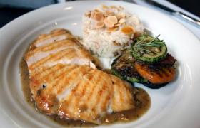 Peito de frango com molho de sálvia, arroz de amêndoas e legumes assados.
