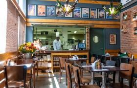 Visão geral do nosso Café com o chef Maurício ao fundo.