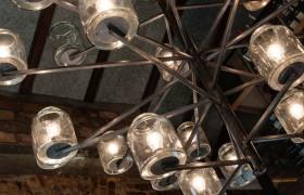 Adoramos o nosso lustre de compotas projetado pelo Chicô.