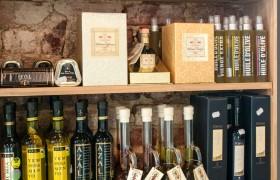 Oferecemos diversas opções de azeites e vinagres na casa, venham experimentar!