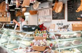 Frios, queijos, embutidos e muitas receitas prontas para os clientes levarem para casa.