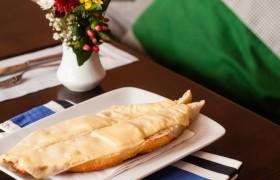 Um dos clássicos do nosso Café: baguette crocante com queijo prato derretido. Para matar a fome em qualquer hora do dia!