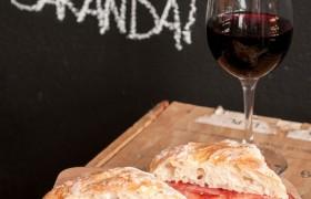 Uma das opções do menu do Café Carandaí: sanduíche de ciabatta com queijo Canastra e salame italiano.