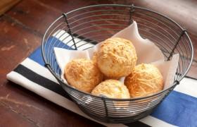 O pão de queijo francês, mas produzido aqui com queijo artesanal mineiro.