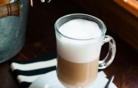 Uma das opções de bebidas quentes do nosso Café. Oferecemos também: expresso, café americano, cappuccino, chocolate quente, macchiato, chá e French Press (3 e 5 xícaras).