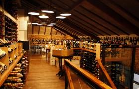 Nosso mezanino de vinhos com mais de 350 rótulos à venda!