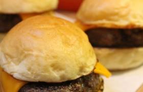 Trio de mini cheeseburguer com batatas fritas trufadas